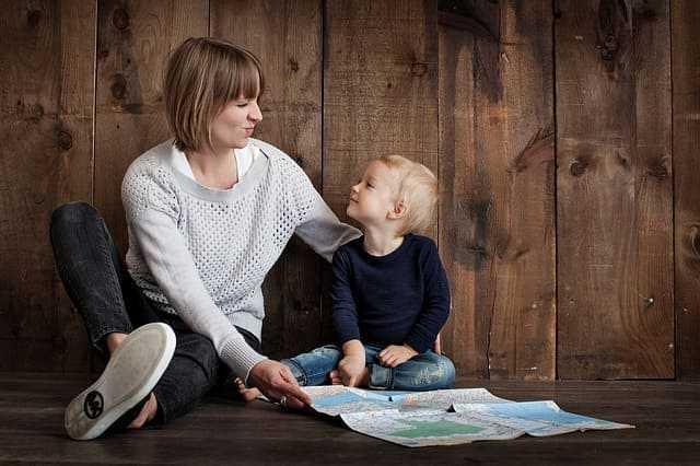 Женщина с ребенком изучают карту